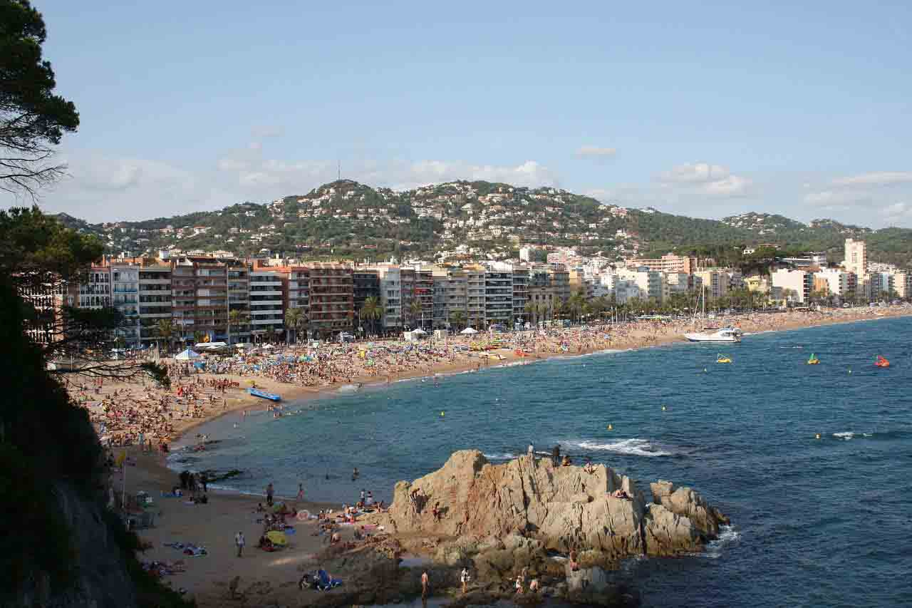 Lloret de Mar. How to arrive by plane from Girona, train